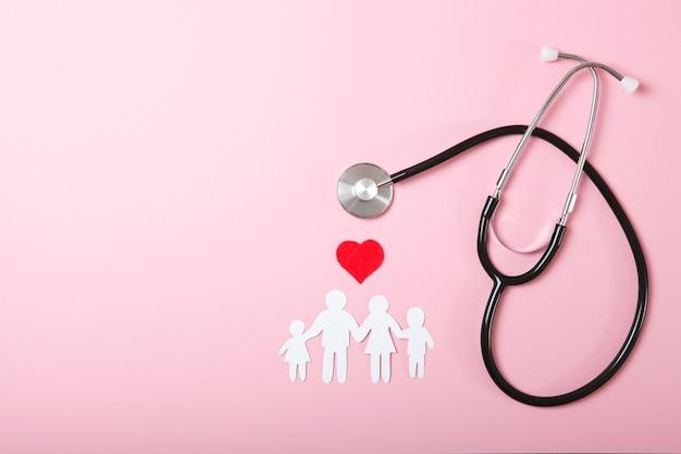 Estetoscópio e coração em um fundo colorido vista superior medicina familiar