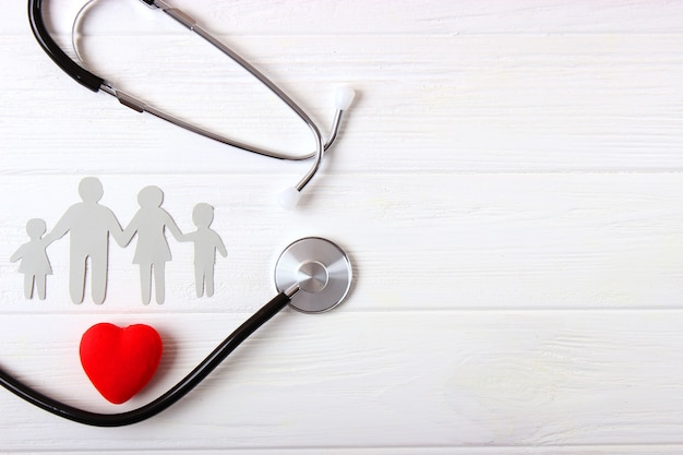 Estetoscópio e coração em uma vista superior de fundo colorido. medicina familiar. foto de alta qualidade