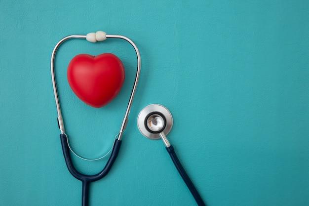 Estetoscópio e coração vermelho coração verificação em azul
