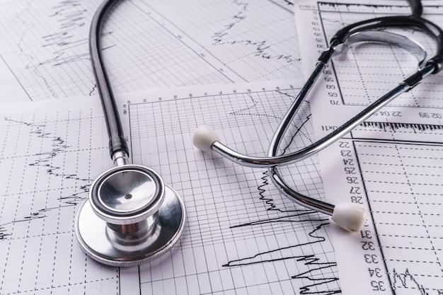 Estetoscópio e eletrocardiograma, conceito médico.