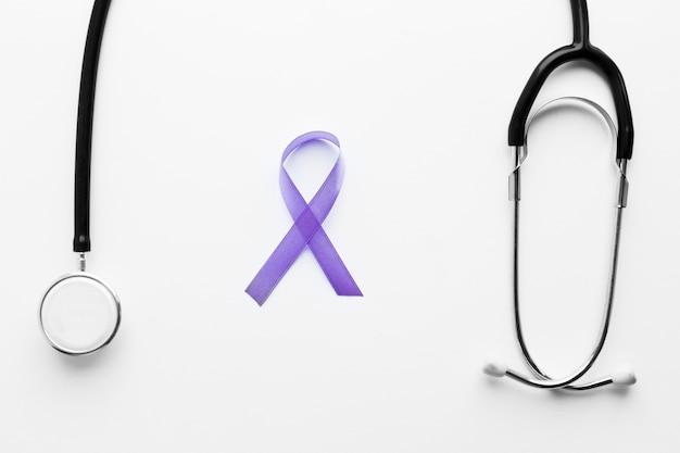 Estetoscópio e fita violeta