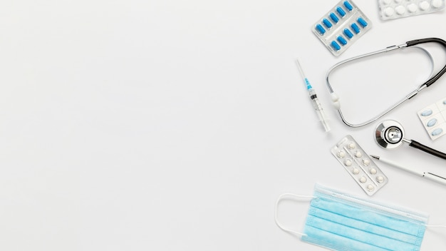 Estetoscópio e máscara médica para cópia-espaço