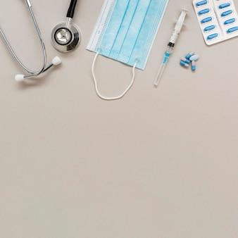 Estetoscópio e máscara médica