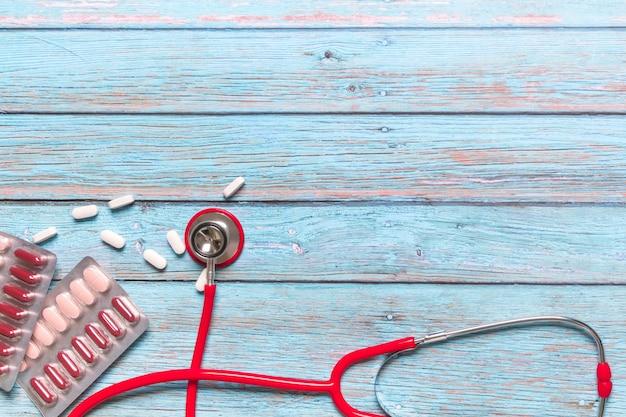 Estetoscópio e medicina de saúde e conceito médico vermelho