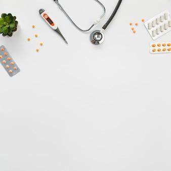 Estetoscópio e pílulas de cópia-espaço