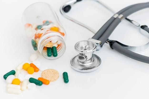 Estetoscópio e pílulas