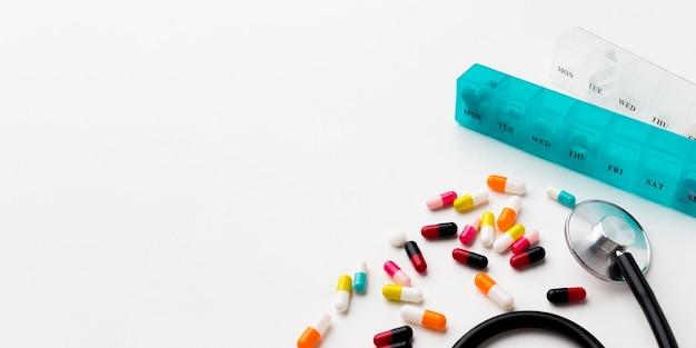 Estetoscópio e remédio na mesa