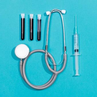 Estetoscópio e seringa