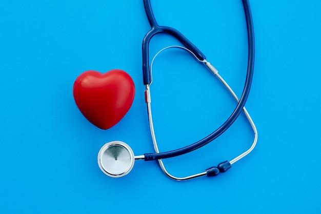 Estetoscópio e um coração em um fundo azul