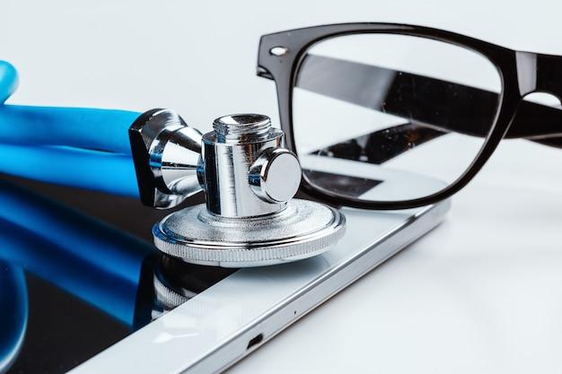 Estetoscópio e um tablet digital.
