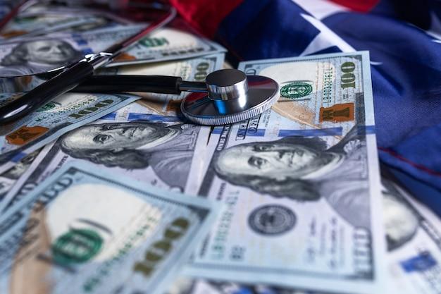 Estetoscópio em dinheiro, dólar, dinheiro, moeda, fundo, notas, usando, para, finanças saudáveis,