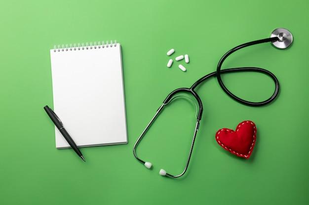 Estetoscópio, em, doutores, escrivaninha, com, caderno, e, coração