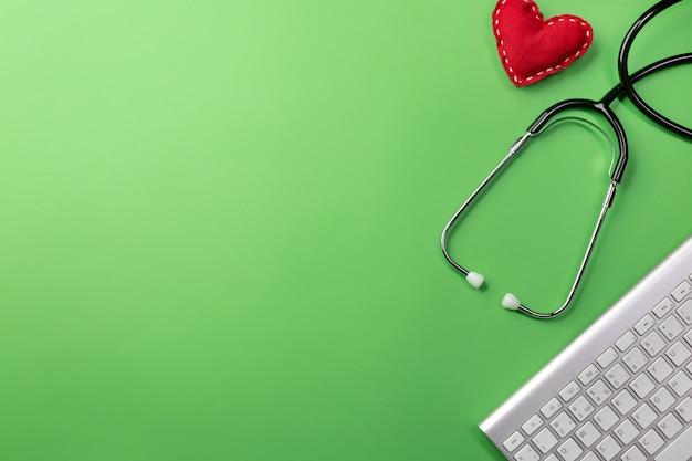 Estetoscópio, em, doutores, escrivaninha, com, teclado, e, coração, fundo