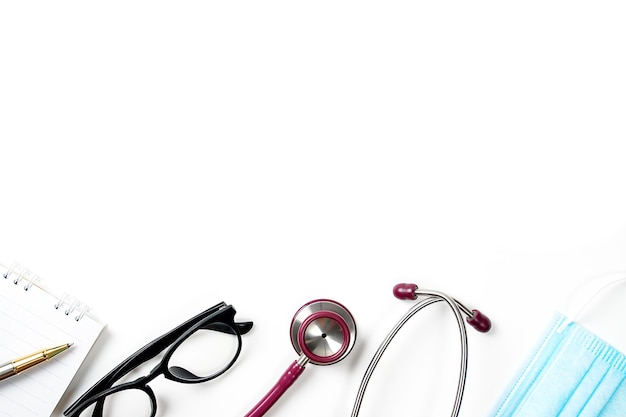 Estetoscópio em médicos conceito médico de mesa corona vírus covid19 óculos de estetoscópio e rosto