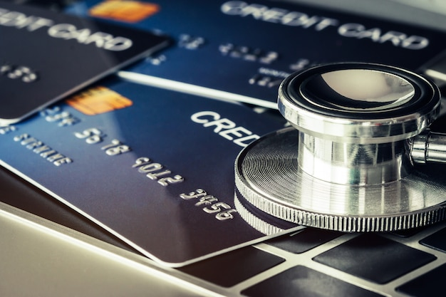 Estetoscópio em mock up de cartão de crédito