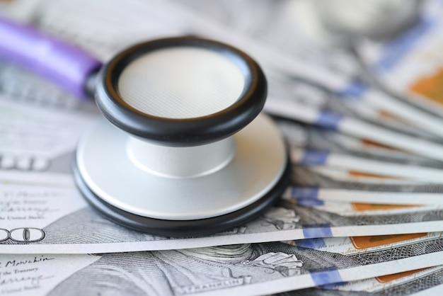 Estetoscópio em notas de cem dólares. conceito de seguro médico