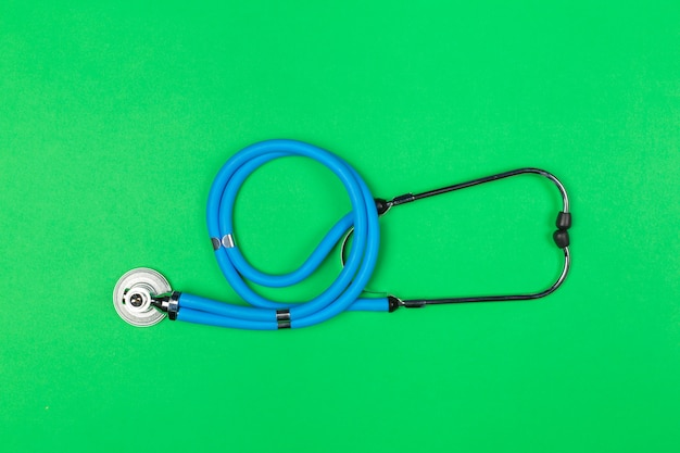 Estetoscópio médico azul na vista superior verde