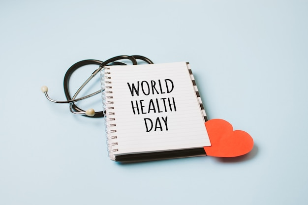 Estetoscópio médico e de saúde do dia mundial da saúde e texto dia mundial da saúde em bloco de notas aberto no