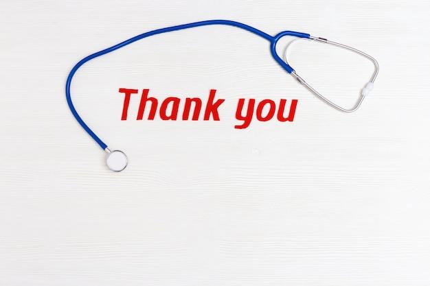 Estetoscópio médico e texto de agradecimento para a equipe médica