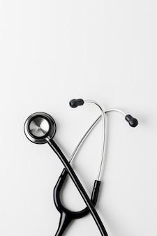 Estetoscópio médico em uma superfície branca