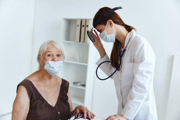 Estetoscópio médico feminino em mãos diagnósticos profissionais