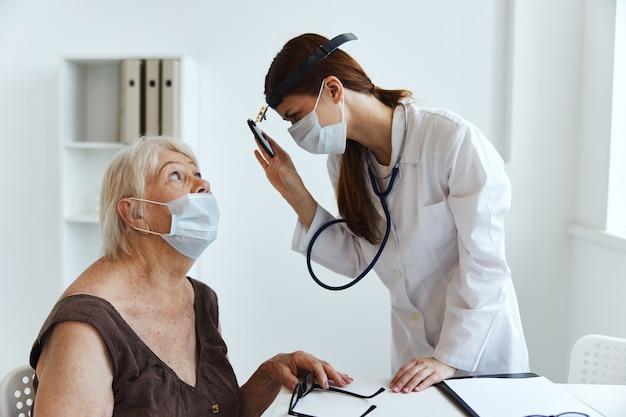 Estetoscópio médico feminino na mão, cuidados de saúde