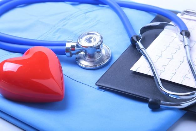 Estetoscópio médico, lista de histórico médico do paciente, uniforme médico.