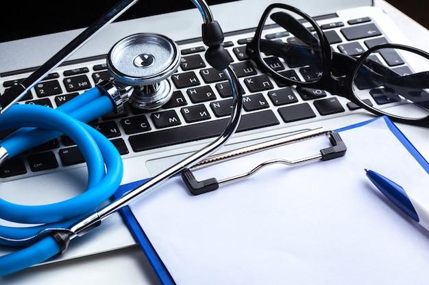 Estetoscópio médico no teclado do computador