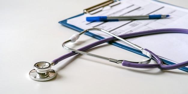 Estetoscópio médico, tablet com formulário para descrever o diagnóstico, excelente design para qualquer finalidade.