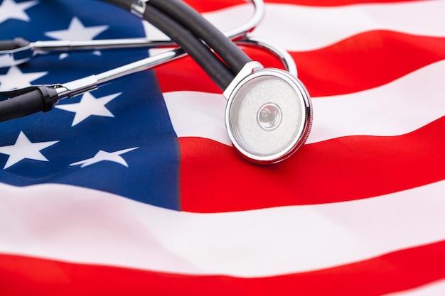 Estetoscópio na bandeira nacional americana