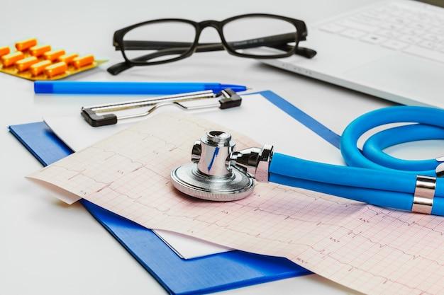 Estetoscópio na folha de cardiograma