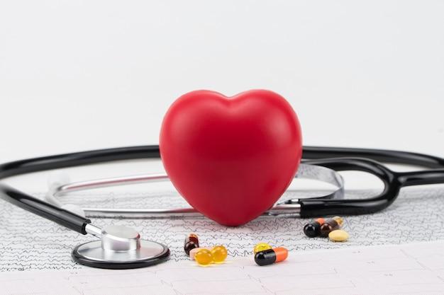 Estetoscópio no eletrocardiograma e coração de brinquedo. conceito de saúde. cardiologia - cuidados com o coração
