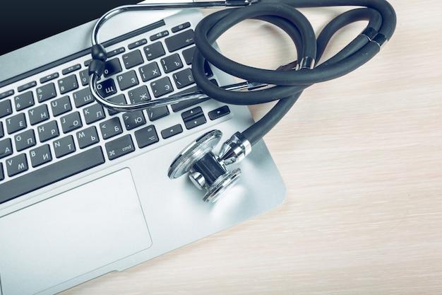 Estetoscópio no laptop, close-up