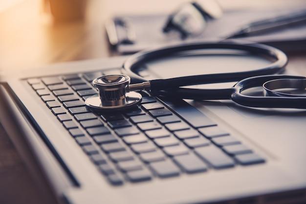 Estetoscópio no teclado do laptop