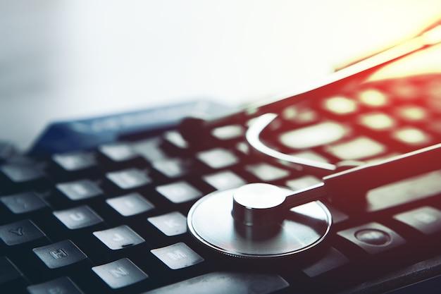 Estetoscópio no teclado. suporte técnico