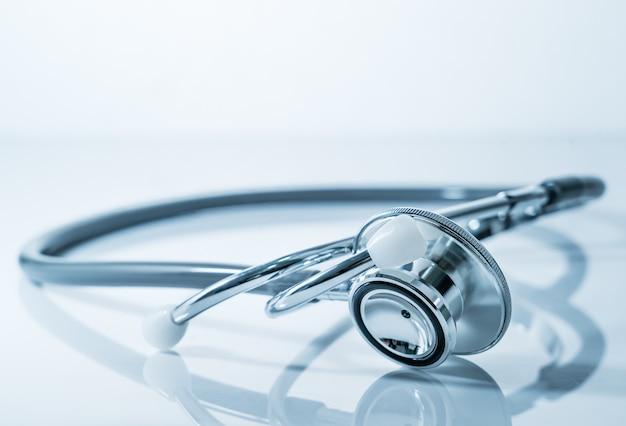 Estetoscópio para exame médico na mesa do laboratório médico de saúde como conceito médico