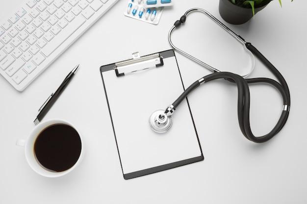 Estetoscópio, prancheta e comprimidos, closeup. equipamento médico