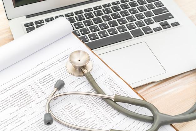 Estetoscópio, prescrição, laptop