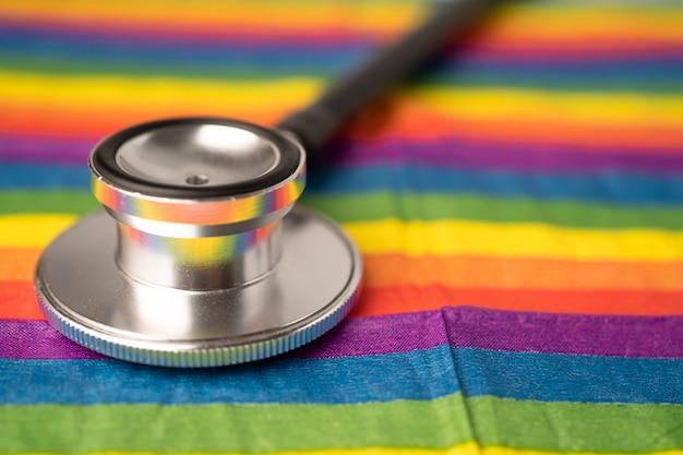 Estetoscópio preto no arco-íris, símbolo do mês do orgulho lgbt.