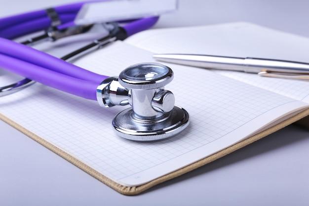 Estetoscópio, rx prescrição e nota.