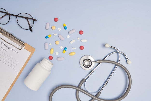 Estetoscópio, uma caneta e um bloco de receitas em branco. conceito de medicamento ou farmácia. formulário médico vazio pronto para ser usado. tecnologia da informação médica moderna.