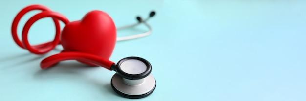 Estetoscópio vermelho com coração