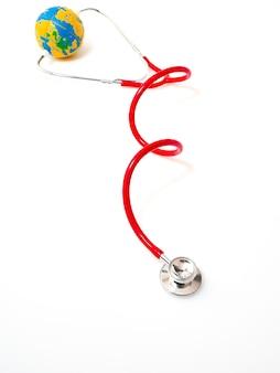 Estetoscópio vermelho com globo no fundo branco