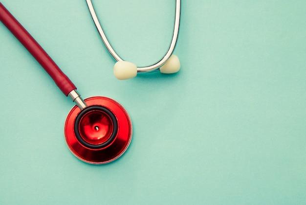 Estetoscópio vermelho sobre azul. fechar-se. medicina e saúde. copyspace.