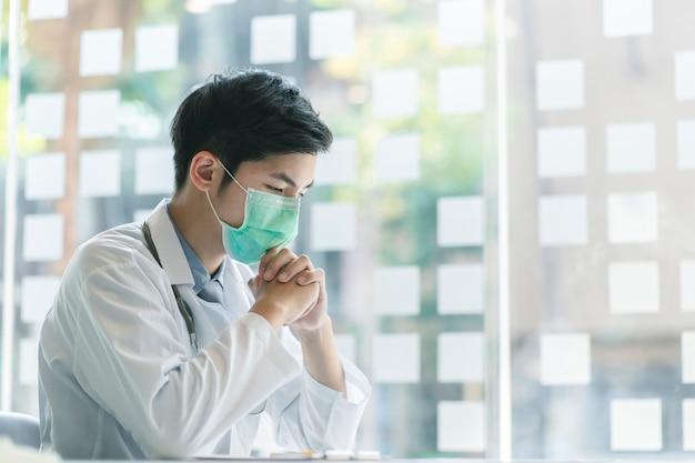 Estetoscópio vestindo do doutor novo forçado com tomada de decisão e conceito da medicina.