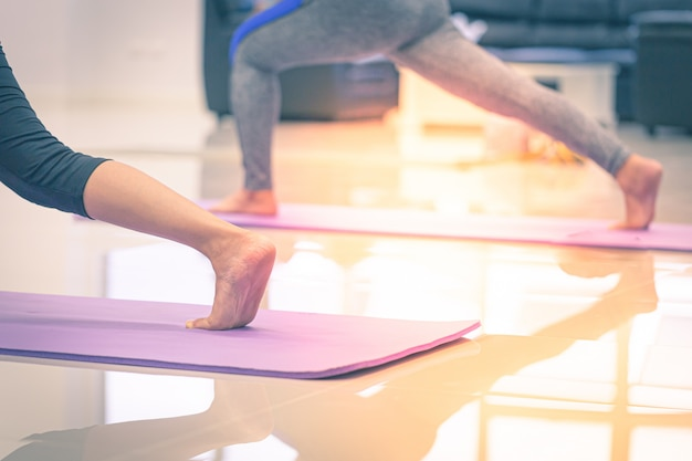 Esticando os pés no yoga