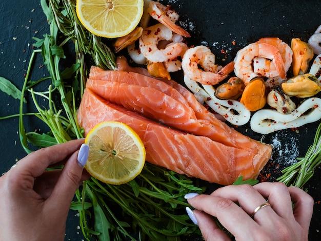 Estilista de comida fazendo layout de ingredientes de frutos do mar. blogger no trabalho. conceito de design de arte de lazer