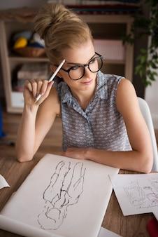 Estilista de moda pensando em novo projeto