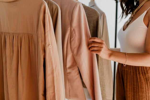 Estilista de moda trabalhando com roupas
