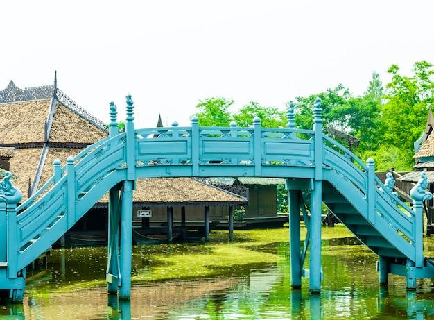 Estilo ayutthaya linda ponte de madeira